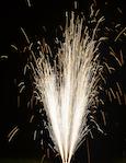 Effektvolles Bodenfeuerwerk. Feuerwerk, dass am Boden stattfindet.